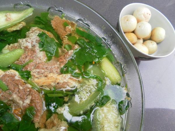 Canh cua mồng tơi nấu mướp ăn kèm cà pháo là món ăn không thể thiếu vào mùa hè. (Ảnh: Internet)