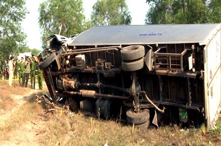 Xe tải lật ngang sau tai nạn Ảnh: Văn Trăm