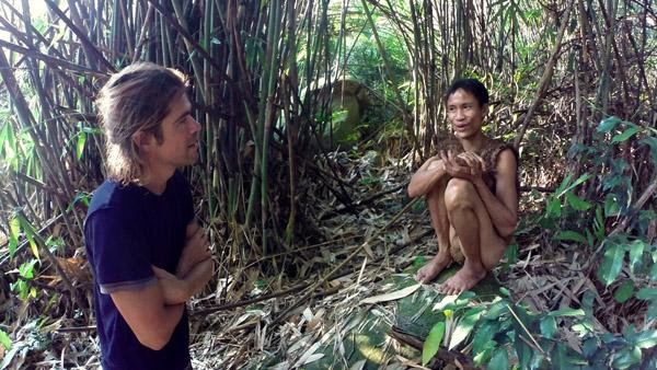 Alvaro nói chuyện với anh Lang khi cả hai sống 5 ngày trong rừng rậm. Ảnh: Docastaway