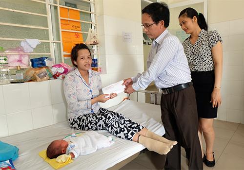 Ngoài số tiền 2 triệu đồng, mẹ con sản phụ Nga được hỗ trợ phiếu đi taxi miễn phí khi về Quảng Nam.