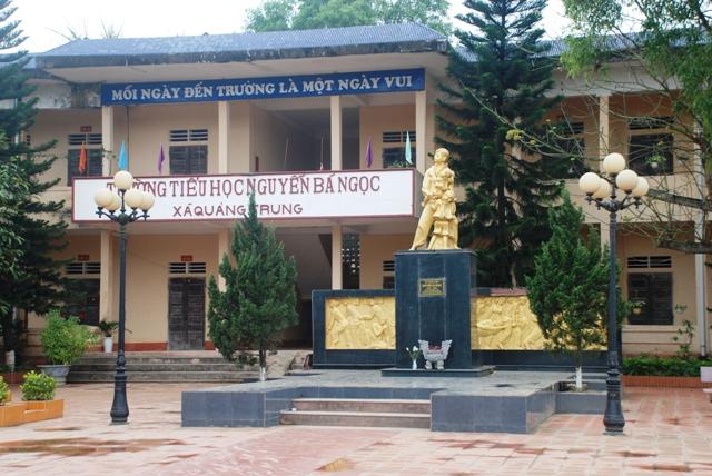 Bức tượng anh hùng Nguyễn Bá Ngọc trong khuôn viên ngôi trường mang tên anh.
