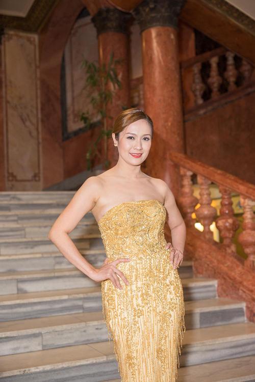 Bà xã đạo diễn Đức Thịnh khoe vai trần nuột nà trong bộ cánh đuôi cá cúp ngực và đính đá lấp lánh.