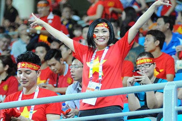 Nữ ca sĩ Phương Thanh là fan cuồng nhiệt của đội tuyển Việt Nam. Ảnh: DT.