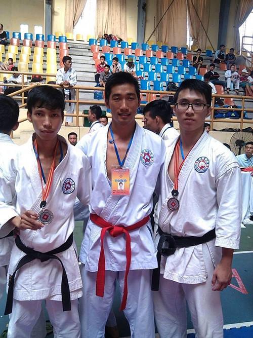 Chàng thủ khoa (ngoài cùng bên phải) còn là vận động viên môn võ karate
