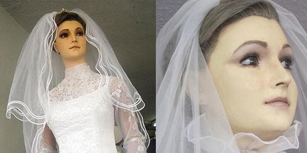 Nhiều người cho rằng ma-nơ-canh xinh đẹp này chính là xác ướp của con gái chủ cửa hàng.