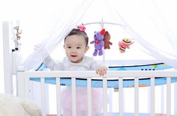 Công chúa nhỏ càng lớn càng xinh xắn, giống cả bố và mẹ. Bé tỏ ra lanh lợi, dạn dĩ từ nhỏ.