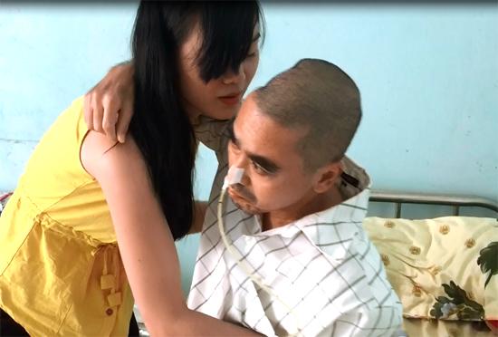 Mọi sinh hoạt cá nhân của nam diễn viên đều phải cần vợ giúp. Ảnh: Thiên Chương