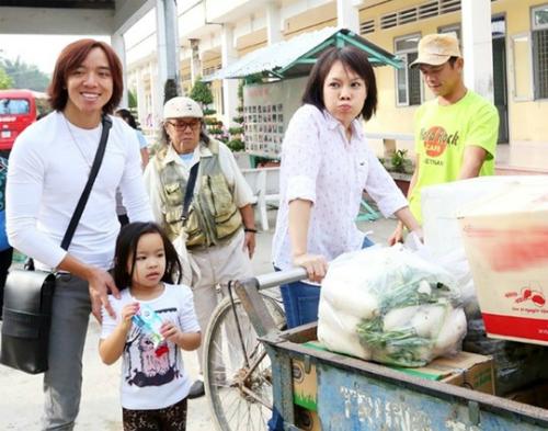 Chồng và con Việt Hương đồng hành cùng nghệ sĩ trong một chuyến từ thiện.