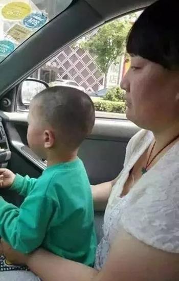 Bức ảnh do tài xế taxi chụp đã giúp cảnh sát tìm được nghi phạm và cậu bé. Ảnh: Sina