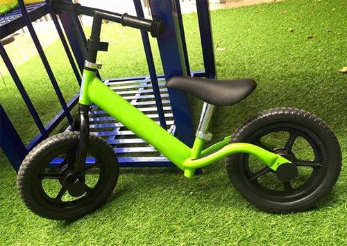 Xe thăng bằng dành cho trẻ 2-6 tuổi an toàn nhờ yên thấp, nhẹ, không bàn đạp...