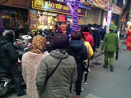 Mặc dù chưa tới giờ mở cửa nhưng dòng người đứng xếp hàng chờ mua vàng lấy may ngày một dài hơn.