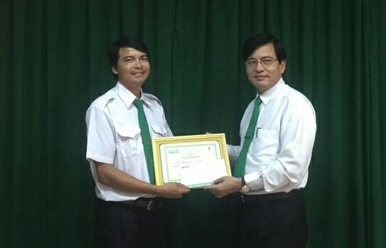 Ông Võ Thành Nhân (bên phải), Tổng giám đốc Công ty Cổ phần Mai Linh miền Trung tặng bằng khen và thưởng 3 triệu đồng cho tài xế Mai Thanh Tâm. Ảnh: Đ.H
