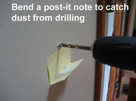 Dán mẩu giấy nhớ gập sẵn để hứng bụi khi khoan tường