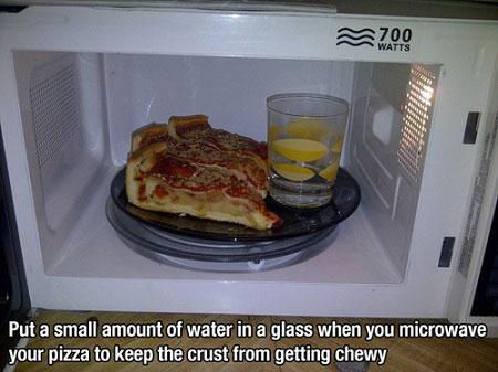 Khi hâm nóng pizza, đặt một cốc nước bên cạnh sẽ giúp vỏ bánh giòn hơn
