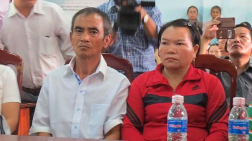 Bà Nguyễn Thị Cẩm và chồng trong buổi được các cơ quan chức năng tổ chức xin lỗi vì bị bắt và kết tù oan. Ảnh Thanh niên.