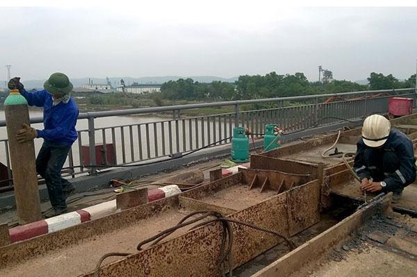 Hơn 20 công nhân Xí nghiệp Tư doanh vận tải Hồng Lạc đang tích cực thi công khắc phục sự cố
