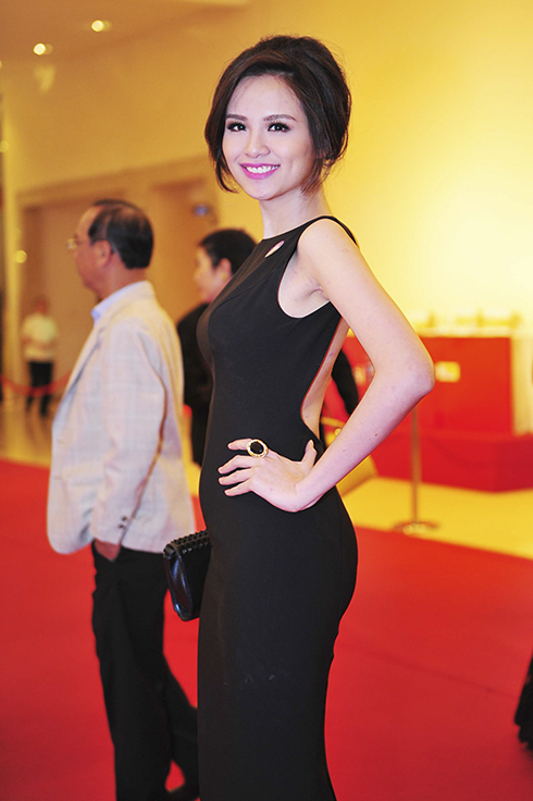 Diễm Hương nhanh chóng trở lại showbiz chỉ sau khi sinh vài tháng. Cô tự tin chọn cho mình bộ cánh ôm dáng, xẻ lưng, khoe đường cong quyến rũ.
