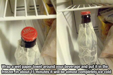 Bọc giấy ướt quanh chai đô uống rồi đặt trong tủ lạnh. Cách này giúp chai nước mát lạnh trong khoảng 15 phút