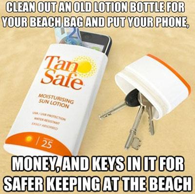 Để đồ lặt vặt như chìa khóa, điện thoại, tiền... vào chai nhựa khi ra bãi biển