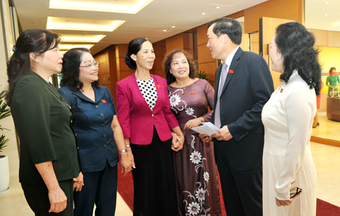 Các ĐBQH trao đổi bên hành lang kỳ họp Ảnh: Quang Khánh