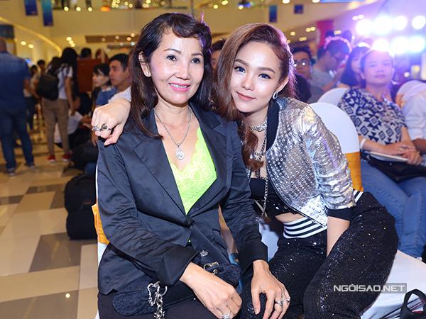 Mẹ Minh Hằng đã xem phim của con gái nhưng không đưa ra bất cứ nhận xét gì về cảnh quay nhạy cảm của cô.