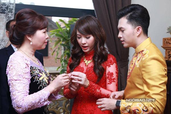 Nam Cường từng chia sẻ, anh và Phương Thảo quen nhau hai năm trước khi đám cưới. Anh không nói gì về bà xã trên báo vì muốn giữ kín chuyện riêng tư.
