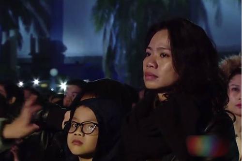 Vợ con của Trần Lập đứng ở một góc khán đài cổ vũ cho anh.