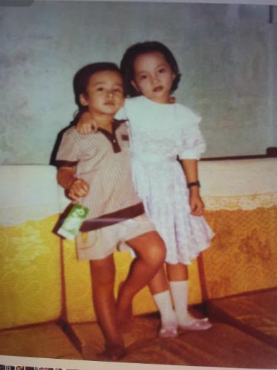 Hình ảnh đáng yêu của nam diễn viên năm 4 tuổi khi chụp cùng chị gái.