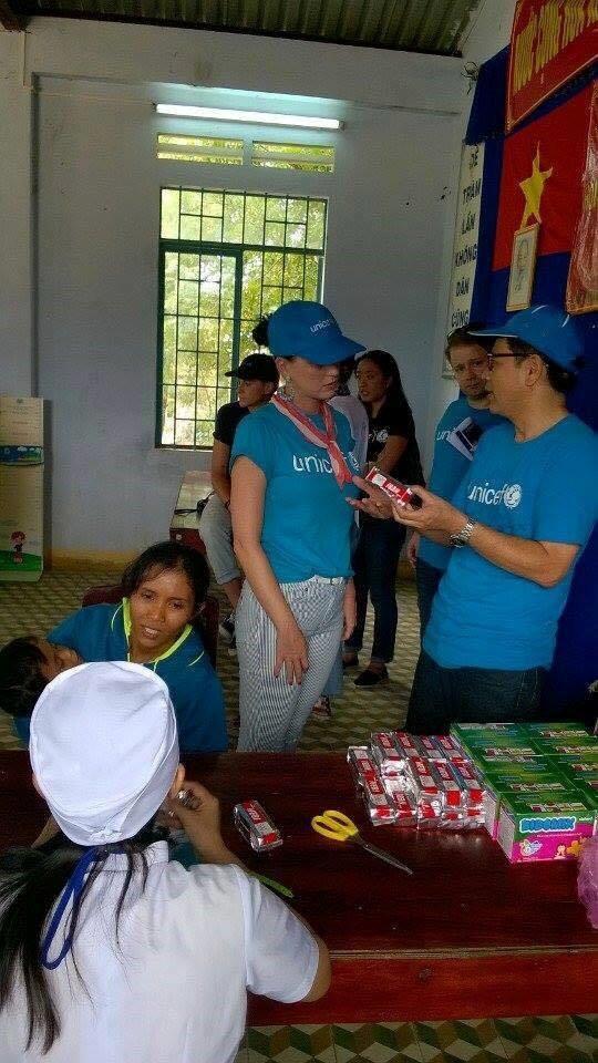 Bên cạnh đó, cô cùng các bác sĩ trong đoàn tư vấn cho ba mẹ các em về dinh dưỡng và kiến thức chăm sóc sức khỏe bản thân.