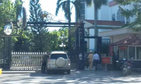 Xe ô tô BKS 36A- 092.86 do ông Tuấn điều khiển tông thẳng vào cổng UBND tỉnh Thanh Hóa