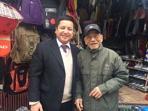 NSƯT Trần Hạnh và NSƯT Chí Trung tại ki-ốt bán hàng của ông tại Ga B Hà Nội.