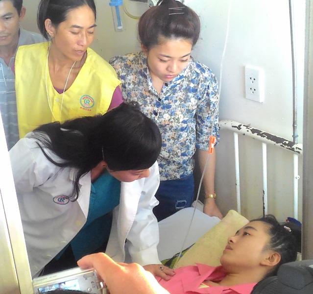 Chị, mẹ và bố nữ sinh (đứng phía sau) đều cảm thấy ấm áp, tin tưởng với sự thăm hỏi của Bộ trưởng Y tế.