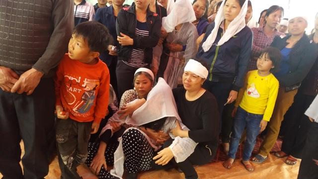 Vợ nạn nhân khóc ngất tại đám tang của người chồng xấu số. Ảnh Nhật Minh