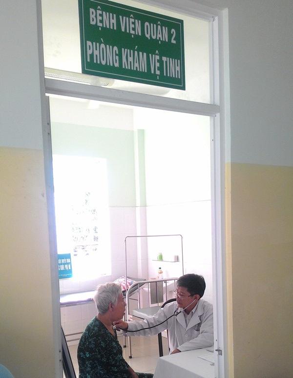 BS Phan Xuân Trường đang thăm khám trong ngày đầu tiên cắm sào tại trạm y tế P. Thảo Điền.