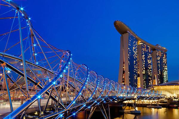 Cầu Helix Cầu do công ty Cox Architecture thiết kế khánh thành năm 2010 tại vịnh Marina, Singapore, là cây cầu đầu tiên có kiến trúc xoắn ốc độc đáo. Kết cấu này tượng trưng cho sự sống, khả năng phục hồi và phát triển.