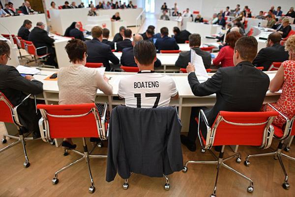 Sven Petke, một thành viên của đảng Dân chủ Cơ đốc Chancellor Angela Merkel, người mặc một chiếc áo sơ mi Jerome Boateng hỗ trợ cho các cầu thủ bóng đá.