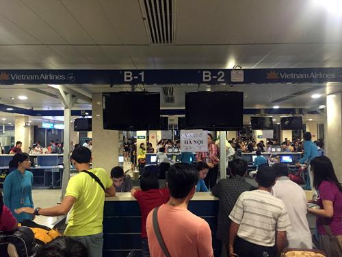 Chiều qua, các quầy làm thủ tục của Vietnam Airlines phải xử lý thông tin khách hàng thủ công.Toàn bộ màn hình, mạng nội bộ đã bị tắt.