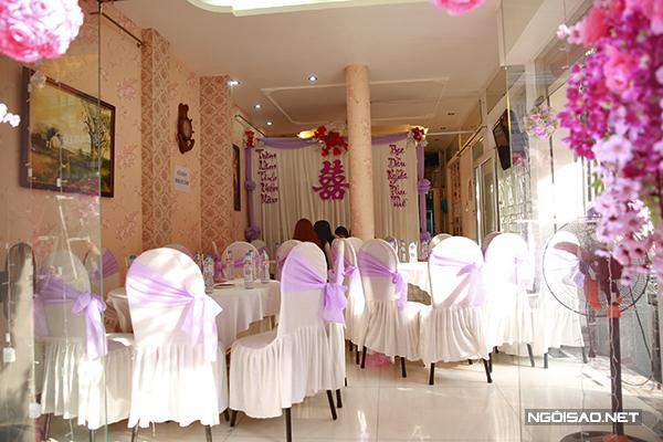 Trong nhà, bàn ghế và phông được trang trí bằng màu tím nhạt dịu dàng.