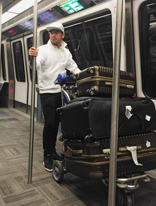 Trải qua hơn 20 tiếng ngồi 4 chặng bay dài từ Việt Nam đến Đài Loan, San Francisco, Dallas và New Orleans Thanh Bình khá mệt vẫn nhận phần đẩy xe hành lý nặng cho vợ nghỉ ngơi.
