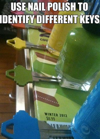 Sơn nhũ móng tay màu khác nhau để phân biệt chìa khóa