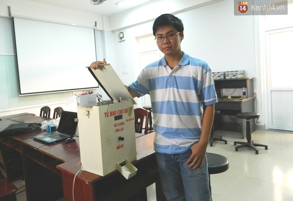 Em Nguyễn Công Trí bên chiếc máy phát bao cao su miễn phí.