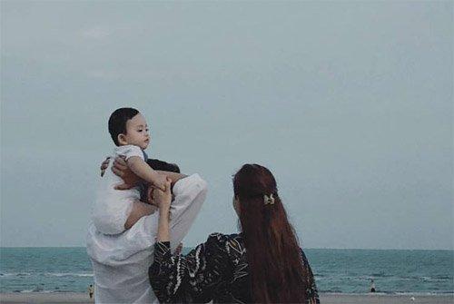 Phan Hiển chia sẻ hình ảnh gia đình trên trang cá nhân và bật mí về tình yêu 7 năm dành cho cô giáo Khánh Thi.