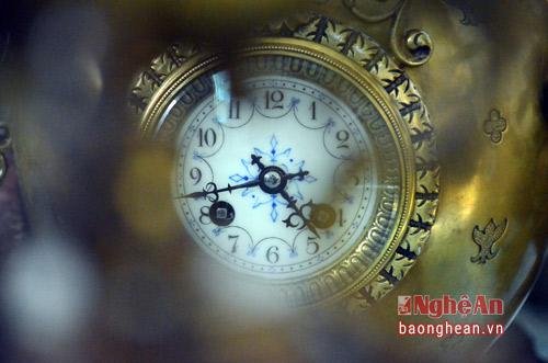 Đồng hồ được chạy bằng dây thiều, mặt đồng hồ làm bằng men ngà. Trên thị trường, bộ đồng hồ này còn lại rất ít và có giá trên 100 triệu đồng.