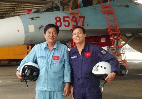 Đại tá Nguyễn Xuân Tuyến (phải) người từng cứu máy bay Su-30MK2. Ảnh Tuổi Trẻ