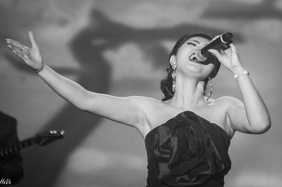 Nguyễn Hồng Nhung hiện hát chủ yếu ở hải ngoại.