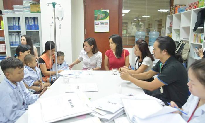 Chị Mai Hoa (vợ nhạc sĩ Trần Lập) cùng nghệ sĩ Trần Hùng (ban nhạc Bức Tường) thăm các bệnh nhân bị bệnh tan máu bẩm sinh.