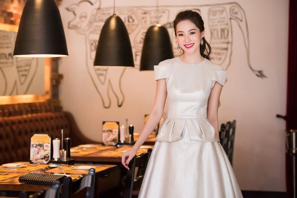 Đặng Thu Thảo luôn trung thành với phong cách ăn mặc kín đáo, thanh lịch, hiếm khi thấy Hoa hậu mặc sexy.