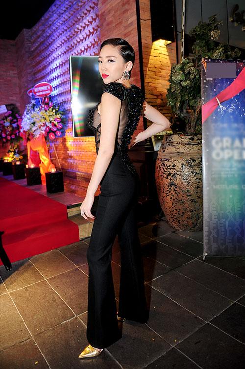Nữ ca sĩ không sở hữu chiều cao như các người mẫu nhưng có vóc dáng cân đối. Cô cũng là một trong những ca sĩ có gu thời trang được đánh giá cao.