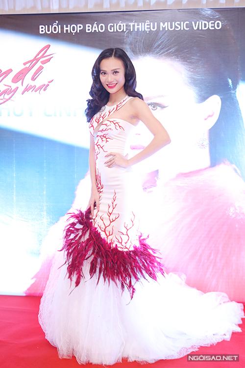 Cao Thùy Linh xuất thân là người mẫu nhưng hiện chuyển hướng sang lĩnh vực ca hát. Cô vừa ra mắt MV Quên đi ngày mai. Chân dài diện váy dạ hội sang trọng của nhà thiết kế Vincent Đoàn.