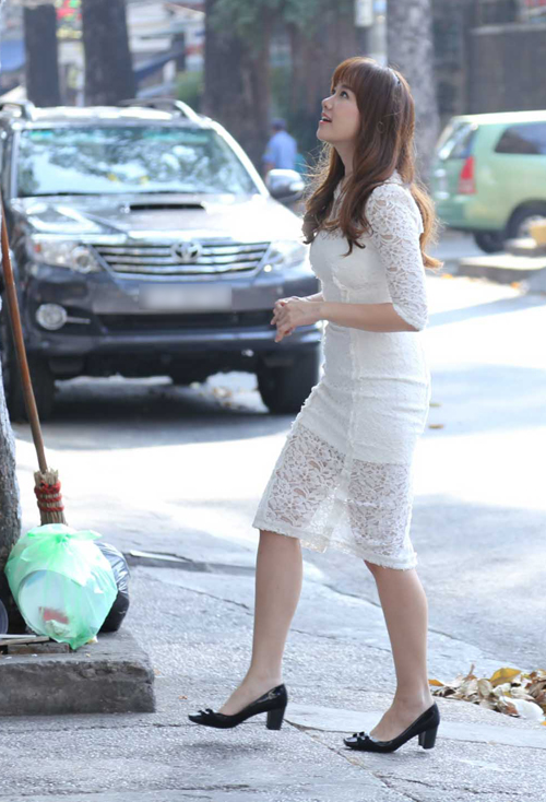 Ca sĩ người Hàn Quốc mặc váy trắng thanh lịch, đi một mình.